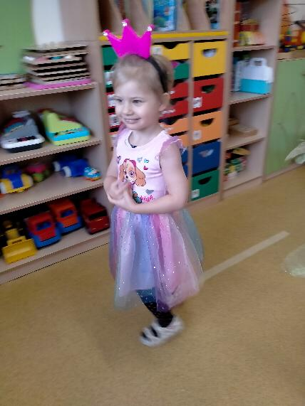 Bal przebierańców- dziewczynka przebrana za Sky tańczy i się uśmiecha.